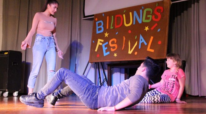 Raus aus dem Klassenzimmer: Auf dem Bildungsfestival lernen Schüler*innen voneinander